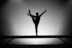 Gimnasta de sexo femenino en viga de balance Imagenes de archivo