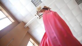 Gimnasta de sexo femenino que se realiza en la seda aérea - demostración acrobática emocionante, a cámara lenta almacen de metraje de vídeo
