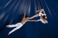 Gimnasta del aire del circo de los pares Imagenes de archivo
