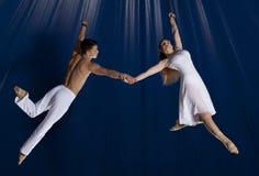 Gimnasta del aire del circo de los pares Fotos de archivo libres de regalías