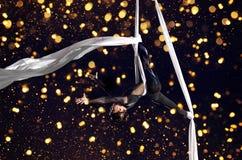 Gimnasta del aire del circo de la mujer joven Imagenes de archivo