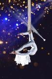 Gimnasta del aire del circo de la mujer joven Foto de archivo