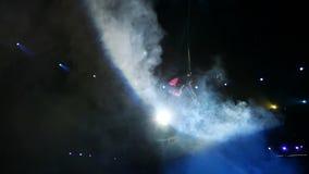 Gimnasta del aire en lonas en circo almacen de metraje de vídeo