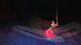 Gimnasta del aire en lonas en circo metrajes