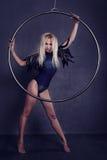 Gimnasta en un anillo en circo debajo de una bóveda Fotografía de archivo libre de regalías