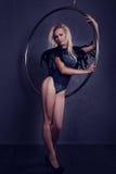 Gimnasta en un anillo en circo debajo de una bóveda Fotos de archivo libres de regalías