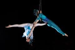 Gimnasta joven del aire del circo de los pares Imagen de archivo libre de regalías