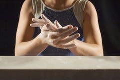 Gimnasta que aplica el polvo blanco a las manos Imagen de archivo libre de regalías
