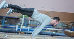 Gimnasta que realiza el planche en el gimnasio almacen de metraje de vídeo