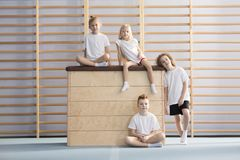 Gimnastas jovenes durante la educación física fotos de archivo