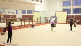 Gimnastas jovenes en el entrenamiento metrajes