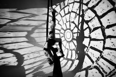 Gimnastyczka robi ćwiczeniu przeciw tłu czarni bary Zdjęcie Stock