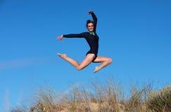 Gimnastyczka skacze joyfully na plaży Obraz Royalty Free