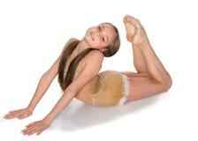 Gimnastyczka wykonuje akrobatycznego element na podłoga fotografia stock