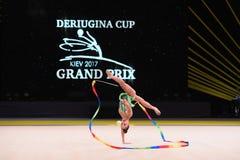 Gimnastyczki dziewczyna wykonuje przy rytmicznymi gimnastykami turniejowymi zdjęcie stock