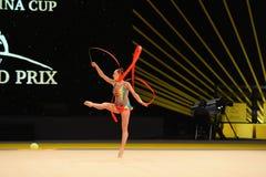 Gimnastyczki dziewczyna wykonuje przy rytmicznymi gimnastykami turniejowymi zdjęcia royalty free