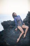 Gimnastyczki dziewczyny obsiadanie na kamieniu Obrazy Stock
