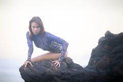 Gimnastyczki dziewczyny obsiadanie na kamieniu Obraz Royalty Free