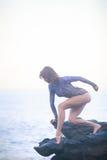 Gimnastyczki dziewczyny pozycja na kamieniu Zdjęcia Royalty Free