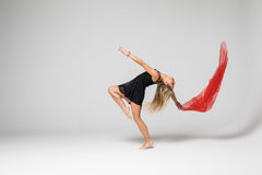 Gimnastyka tancerz w pracie tancerz z czerwonym jedwabiem w powietrzu na białym tle Zdjęcia Stock
