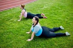 Gimnastyki na trawie zdjęcie stock