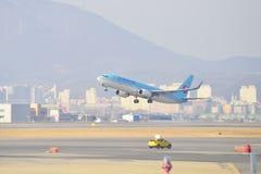 GIMPO, ΚΟΡΈΑ - 19 ΙΑΝΟΥΑΡΊΟΥ 2014: αεροπλάνο της κορεατικής αερογραμμής στο Γ στοκ φωτογραφίες