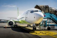 Gimpo-Flughafen GMP - motorisierte Passagier-Treppe lizenzfreie stockfotografie