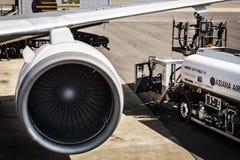 Gimpo flygplats GMP - tanka för flygplan royaltyfria foton