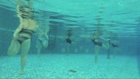 Ginástica aeróbica do Aqua, estilo de vida saudável, esporte de água video estoque