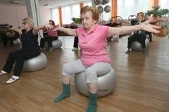 Ginástica com a esfera para pessoas idosas Imagem de Stock Royalty Free