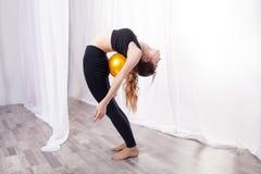 Ginástica com uma bola flexibilidade fotografia de stock royalty free