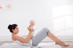 Ginástica da mãe e do bebê Foto de Stock Royalty Free