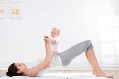 Ginástica da mãe e do bebê Fotos de Stock Royalty Free