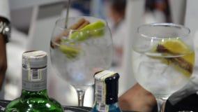 Gin di miscelazione e calce del tonico, perfetta stock footage