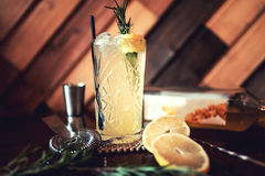 Gin e cocktail alcolico del tonico con calce e ghiaccio, serviti da bevanda del rinfresco in pub locale Dispositivo d'avviamento  Immagini Stock