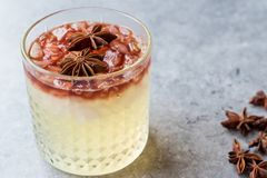 Gin Sour Red Wine Cocktail com Anise Star imagens de stock