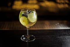 Gin Tonic coctail som dekoreras med gröna limefruktskivor arkivfoton