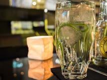 Gin Tonic in einer hoch entwickelten Berlin-Stange Stockbild