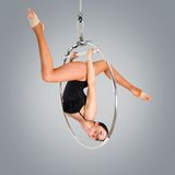 Ginasta bonita plástica da menina no anel acrobático do circo no terno cor de carne Fotografia de Stock