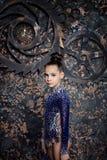 Ginasta da menina em um terno azul com sparkles fotos de stock royalty free