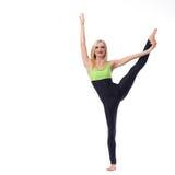 Ginasta fêmea atrativa que exercita no estúdio Fotos de Stock Royalty Free