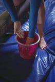 Ginasta fêmea que aplica o pó do giz em suas mãos antes de praticar fotos de stock royalty free