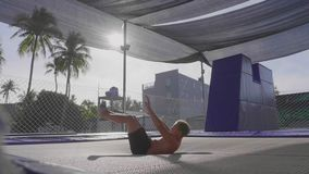 Ginasta profissional que salta no trampolim e que faz truques no movimento lento video estoque