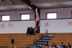 Ginasta que compete no trampolim Fotografia de Stock Royalty Free