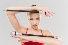 Ginasta rítmica da mulher caucasiano nova que exercita com clubes Fotografia de Stock