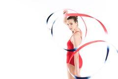 Ginasta rítmica da mulher caucasiano que exercita com corda e que olha a câmera Imagens de Stock