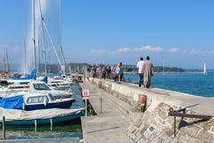 GINEBRA - 7 DE SEPTIEMBRE Turistas en el embarcadero a la fuente icónica que es una del más grande del mundo 132 galones de agua Fotos de archivo libres de regalías