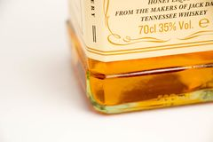 Ginebra/Suiza - 19 de marzo de 2018: Levante el logotipo de la miel del whisky de Tennessee de los daniels aislado en blanco Imagen de archivo libre de regalías