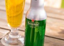Ginebra/Switzerland-09 09 18: Botella de aluminio de la cerveza de Heineken reciclada elaborada imágenes de archivo libres de regalías