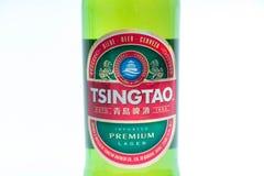 Ginebra/Switzerland-9 9 18: Cierre chino de la botella de China de la cerveza de Tsingtao encima del logotipo foto de archivo libre de regalías